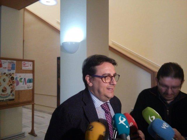 José María Vergeles atendiendo a los medios