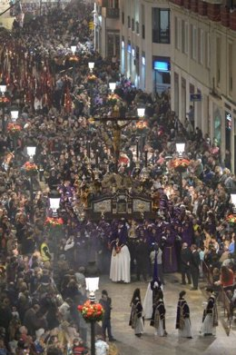 Trono Semana Santa Málaga turistas viajeros nazarenos