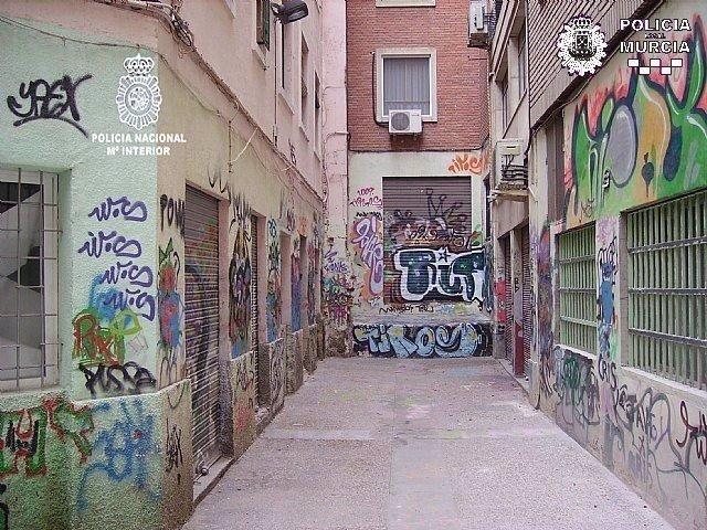 Identifican a un menor como autor de numerosos grafitis