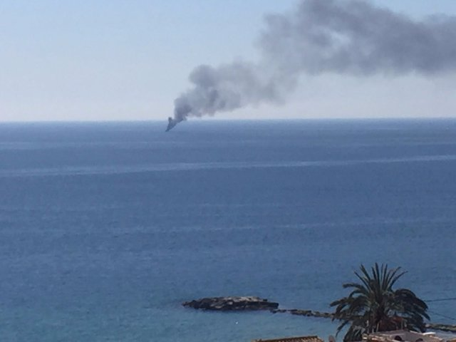 La humareda del incendio de la barca vista de la Vila Joiosa