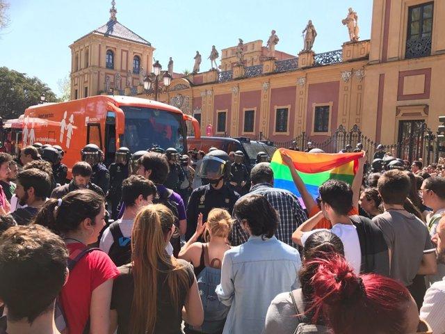 Concentración y presencia policial ante el autobús de Hazte Oír