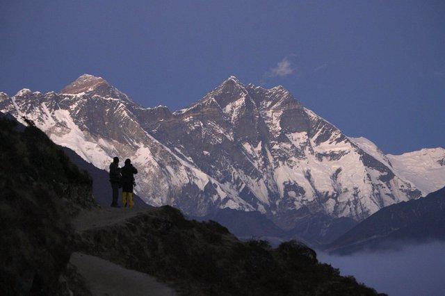 Dos excursionistas miran hacia el Everest