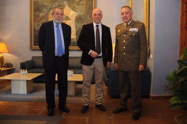 El presidente de la Diputación (centro), en su encuentro con Ruiz Olmos (dcha.)