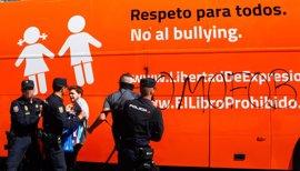 """La Junta insta al autobús de Hazte Oír a """"coger la carretera"""" en la convicción de que """"no puede venir a provocar"""""""