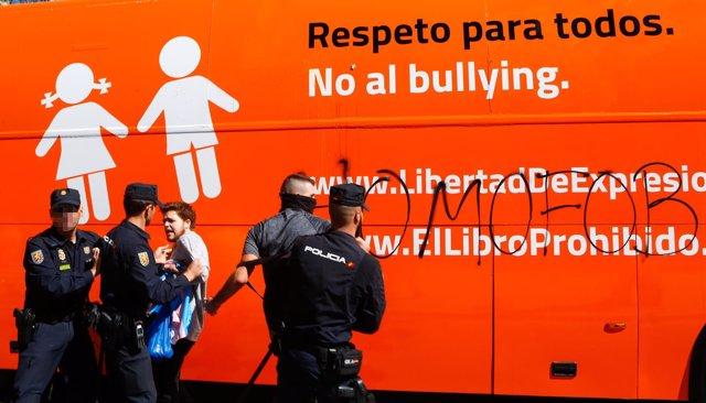 Autobús de Hazte Oír en Sevilla
