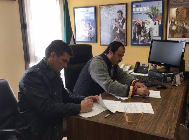 Un alcalde boliviano visita Las Hurdes para conocer producción de miel