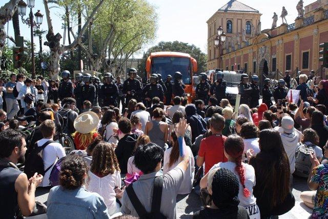 SSevillanos impiden el paso del bus de Hazte Oír junto al Palacio de San Telmo