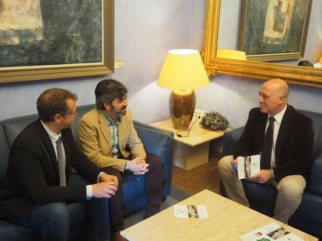 Ruiz (dcha.) dialoga con Caravaca (izda.) y González