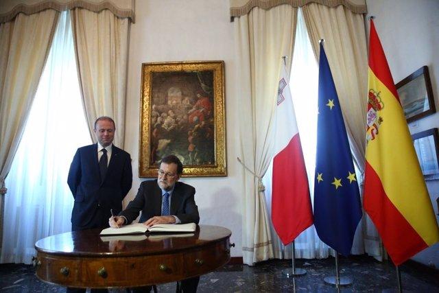 Rajoy firma en el libro de honor de Malta en presencia de Joseph Muscat