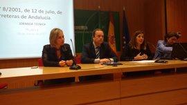 La Junta traslada a medio centenar de representantes de municipios en Huelva la normativa de carreteras en Andalucía