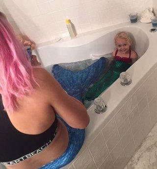 Una babysitter sorprende a una niña de tres años al disfrazarse de la sirenita