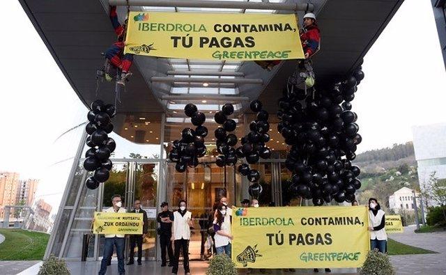 30/03/2017. Sede De Iberdrola, Bilbao, Vizcaya, Pa'S Vasco   Activistas Han Come
