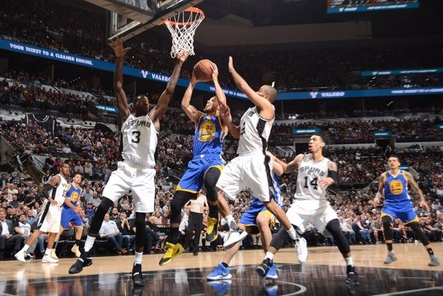 Curry anota en el Golden State Warriors - San Antonio Spurs