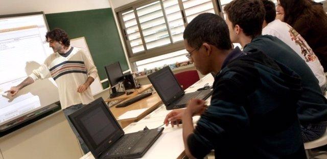 Imagen de archivo de un profesor impartiendo clase