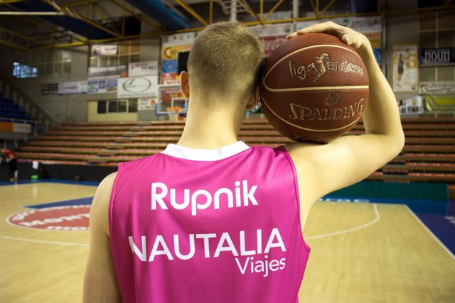 Rupnik con la camiseta rosa para el derbi