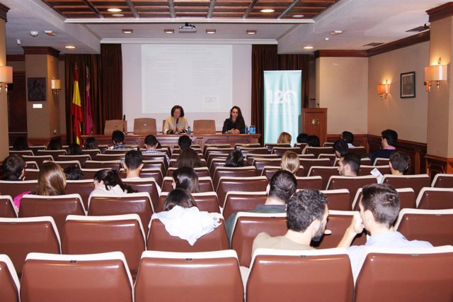 Responsables del CES junto con los representantes del Grupo Pluralia.