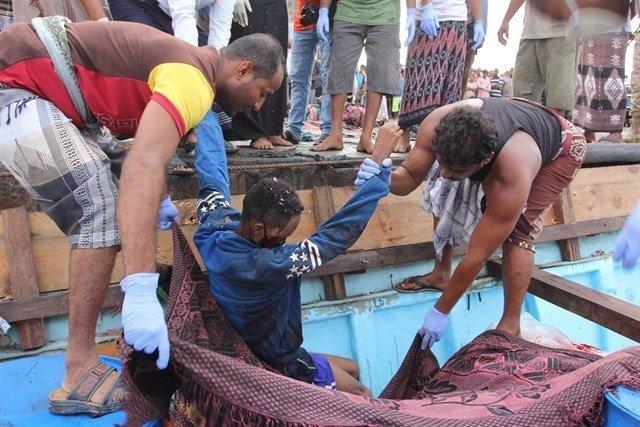 Somalíes rescatados tras un ataque contra un barco en la costa de Yemen