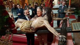 Un grupo de ciegos traslada este viernes al Cristo de la Hermandad de la Lanzada de Jerez a su paso procesional