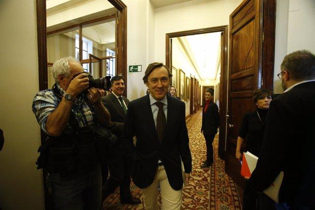 Rafael Hernando por los pasillos del Congreso