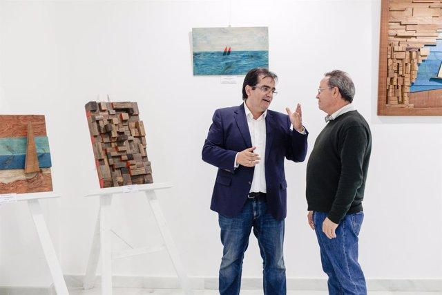 El diputado de Cultura y el autor recorren la muestra 'Arte en Madera'.