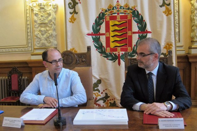 El concejal Luis Vélez junto al gerente de Auvasa, Andrés Bernabé