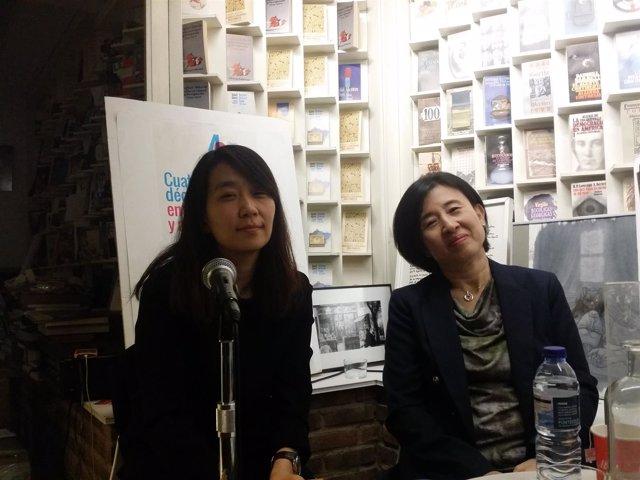 La escritora surcoreana Hang Kang y su traductora al español Sunme Yoon