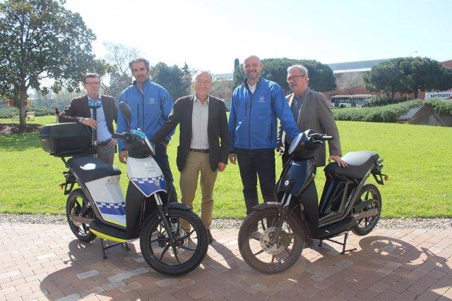 Los representantes de AMB y Torrot durante la presentación de motos eléctricas