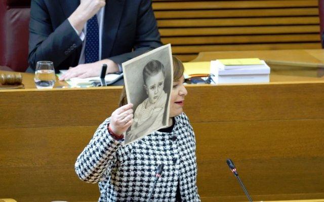 Isabel Bonig muestra la foto de su padre en las Corts Valencianes