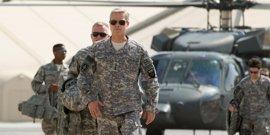 """Brad Pitt arenga a las tropas en el tráiler de Máquina de guerra: """"Podemos ayudarles y matarles al mismo tiempo"""""""