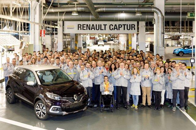 Teresa Perales posa con trabajadores de Renault en Valladolid.