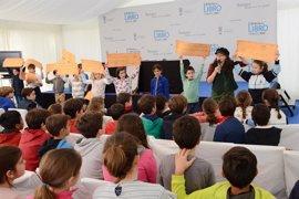 Los niños de Tomares rinden homenaje a Gloria Fuertes en la Feria del Libro