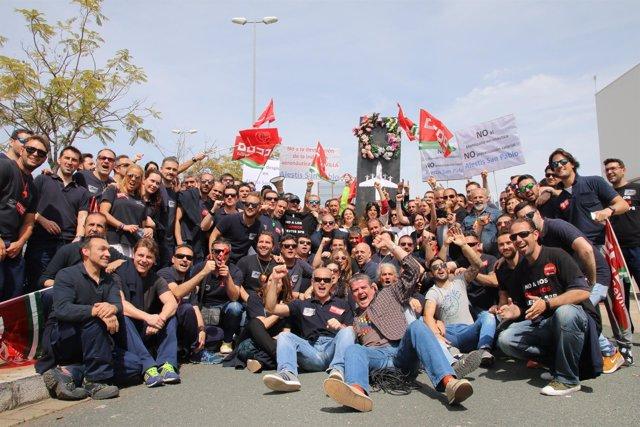 Teresa Rodríguez durante la visita a los trabajadores de Alestis San Pablo