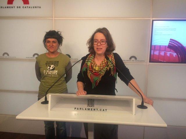 Las diputadas de la CUP Eulàlia Reguant y Anna Gabriel