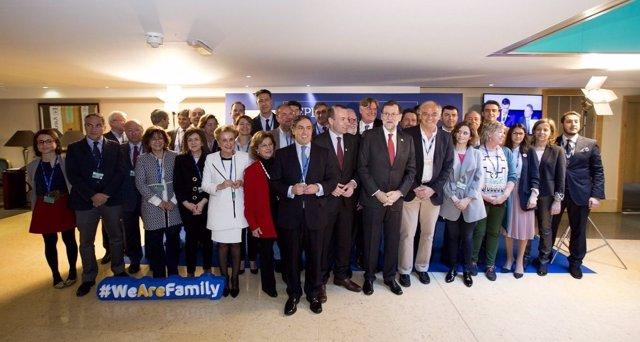Rajoy con la Delegación española en el Congreso del Partido Popular Europeo