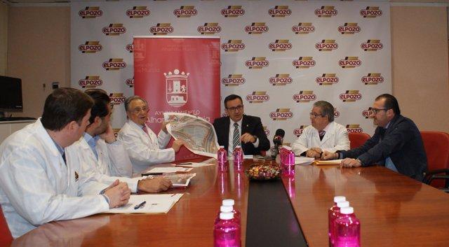 Conesa junto a Tomás y José Fuertes mostrando plano del nuevo parking