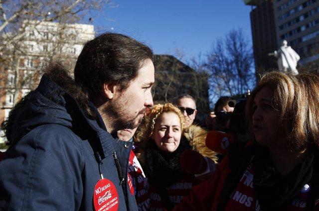 Pablo Iglesias con los trabajadores de Coca-Cola frente al Tribunal Supremo