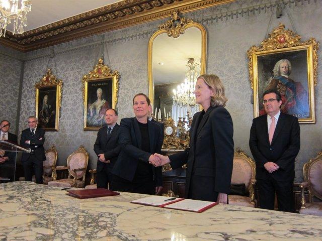 Uxue Barkos y Flora Pérez en la firma del protocolo
