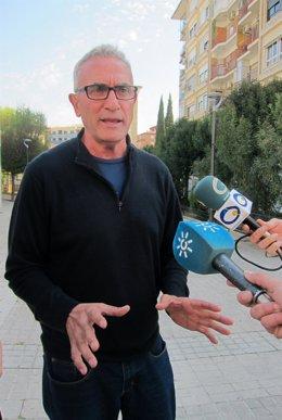 El diputado de Unidos Podemos Diego Cañamero atiende a los periodistas.