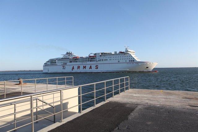 Ferry de la naviera Armas que une Huelva con Canarias