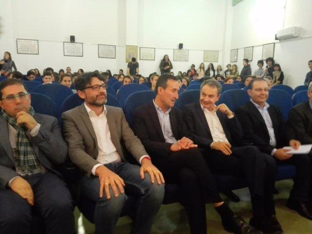 Zapatero, segundo por la derecha, habla con el alcalde de Elche, Carlos González