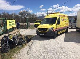 Herido grave un motorista tras chocar contra un camión de reparto