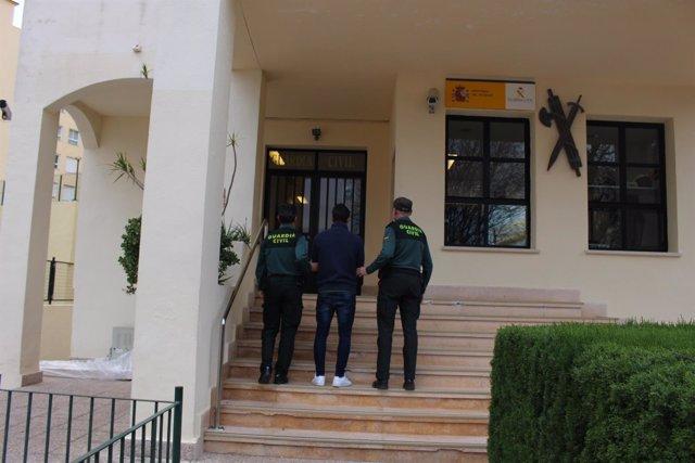 Uno de los detenidos entrando en un cuartel de la Guardia Civil