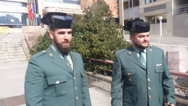 Guardias civiles que salvaron a un bebé en Mejorada