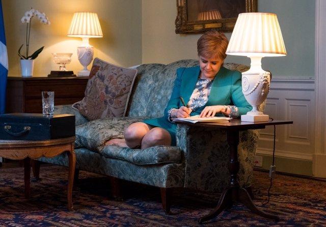 Nicola Sturgeon revisa la carta en la que pide un segundo referéndum