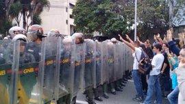 Al menos dos detenidos por las protestas en Caracas contra los fallos del Supremo