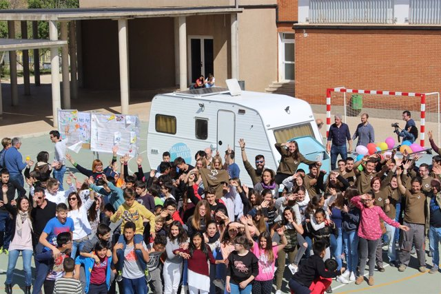 Estudiantes del  Institut Cotes Baixes de Alcoi (Alicante) junto a la caravana