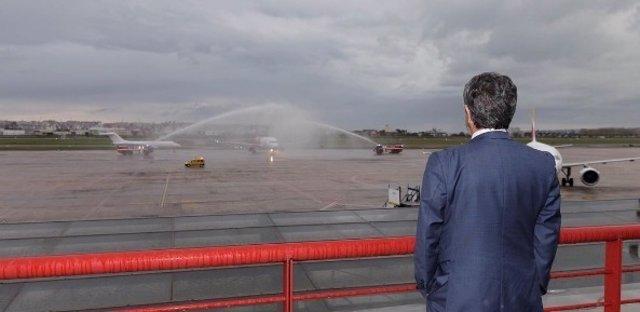 Revilla recibiendo el vuelo procedente de Varsovia
