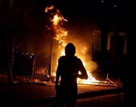 Varios coches de Policía quemados en Paraguay en las protestas tras la reforma aprobada en el Senado