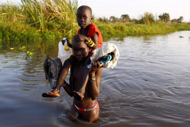 Niños cruzan el Nilo en Sudán del Sur