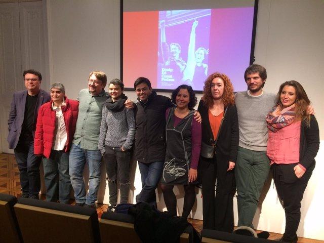 Xavi Domènech con miembros de la candidatura EnComúPodem